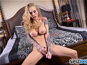 inked lean blondie Sarah Jessie messes with her cunny