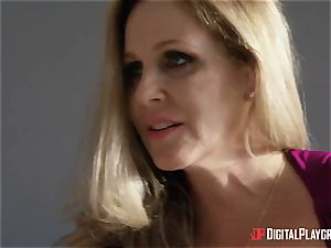 intercourse with busty housewife Julia Ann and her stepdaughter