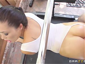 London Keyes oily nail in a gym