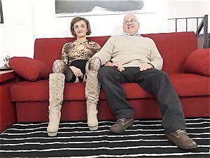 SCAMBISTI MATURI - Deep anal invasion with mature Italian chick