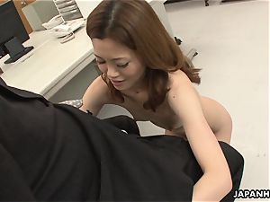 Office employee getting vulva screwed on the table
